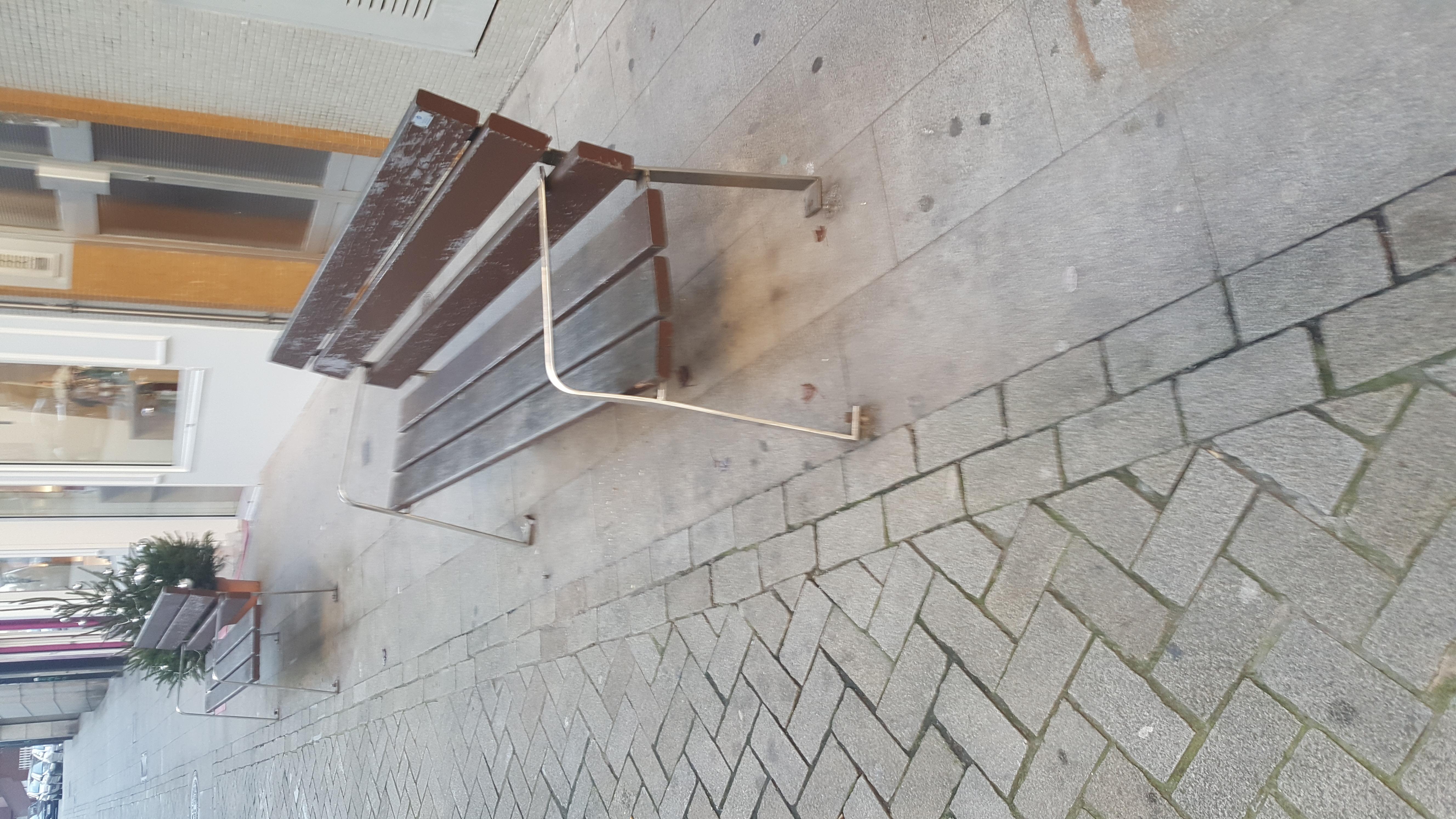 Dende a AAVV Oza Gaiteira Os Castros queremos denunciar  que na rúa travesia da Gaiteira o Mobiliario urbano esta en un deficiente estado